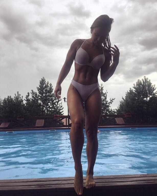 Мечта сварщика. Фитнес-тренер из России удивила соцсеть странной голой фотосессией