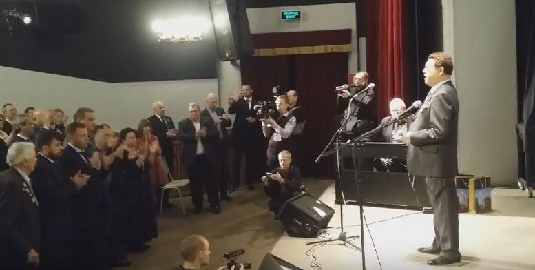 Убийство Моторолы: Кобзон в Москве поднял зал в память о террористе