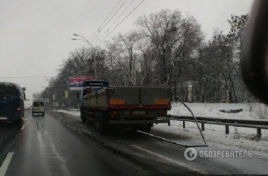У Києві вантажівка знесла зупинку: 10 постраждалих