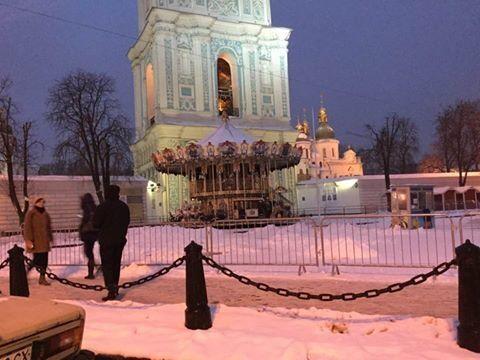 Киевлян возмутила новогодняя карусель возле святой Софии