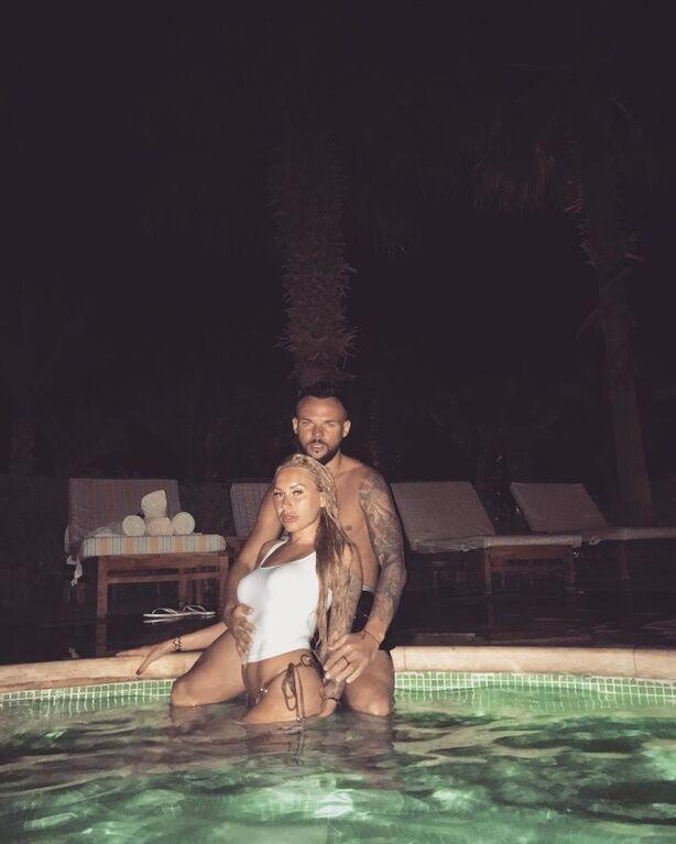 """Скандальна дружина футболіста """"Динамо"""" похвалилася сексуальними фото з відпочинку"""