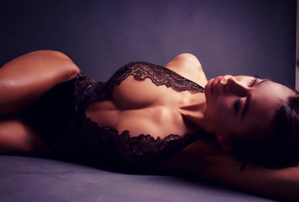 Фитнес-модель с внушительной грудью поразила поклонников обнаженными фото