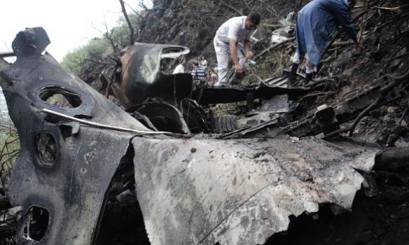 Катастрофа літака у Пакистані: рятувальники знайшли тіла 46 загиблих і чорний ящик