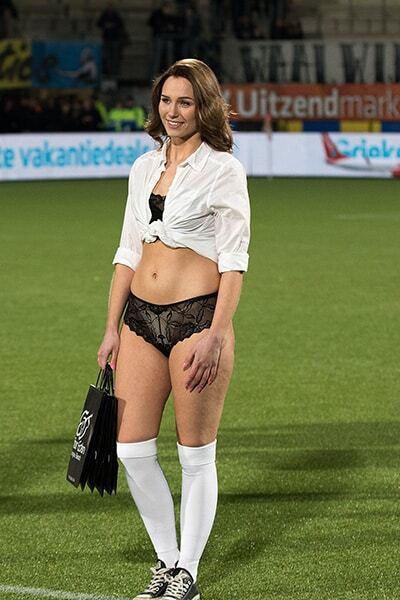 На полі в нижній білизні. Футболісти в Голландії отримали незвичайний еротичний подарунок: спокусливі фото