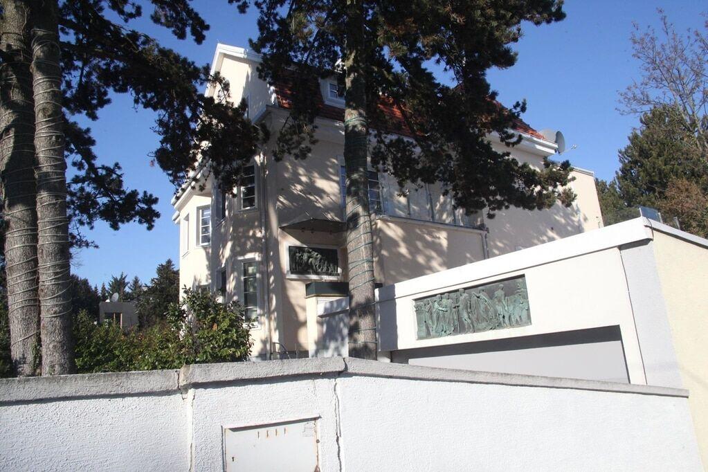 Син Азарова виставив на продаж величезний будинок