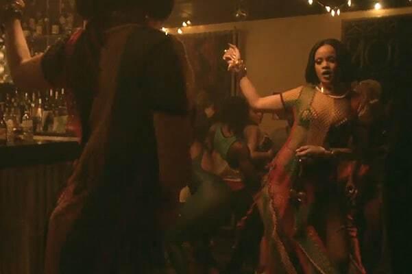 Рианна засветила грудь в новом провокационном клипе с Дрейком