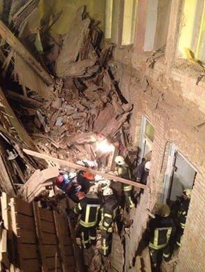 Обвал будинку в центрі Києва: оприлюднені фото і відео рятувальної операції