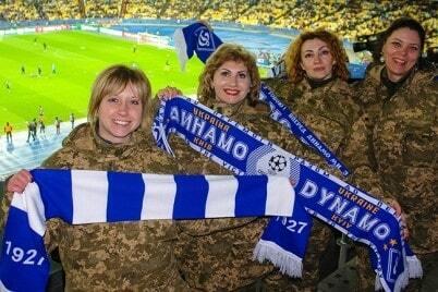 """Захворіли футболом. """"Динамо"""" похвалився красивими українськими уболівальницями: фотофакт"""