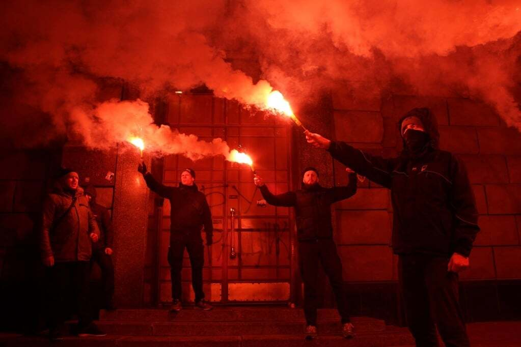 """Задержание Краснова: активисты """"Азова"""" зажгли файеры под СБУ"""