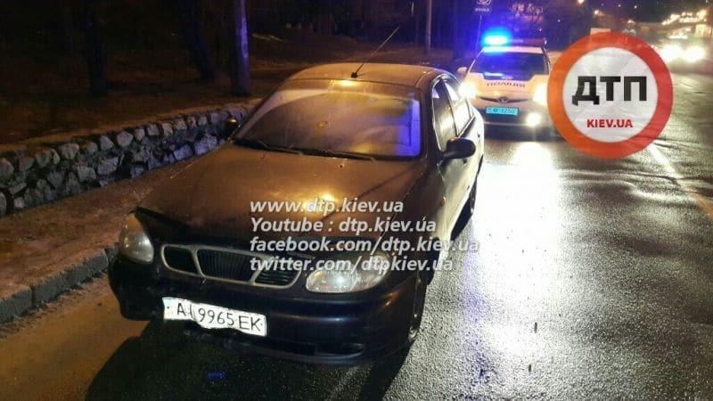 У Києві п'яний водій зніс із дороги скутериста