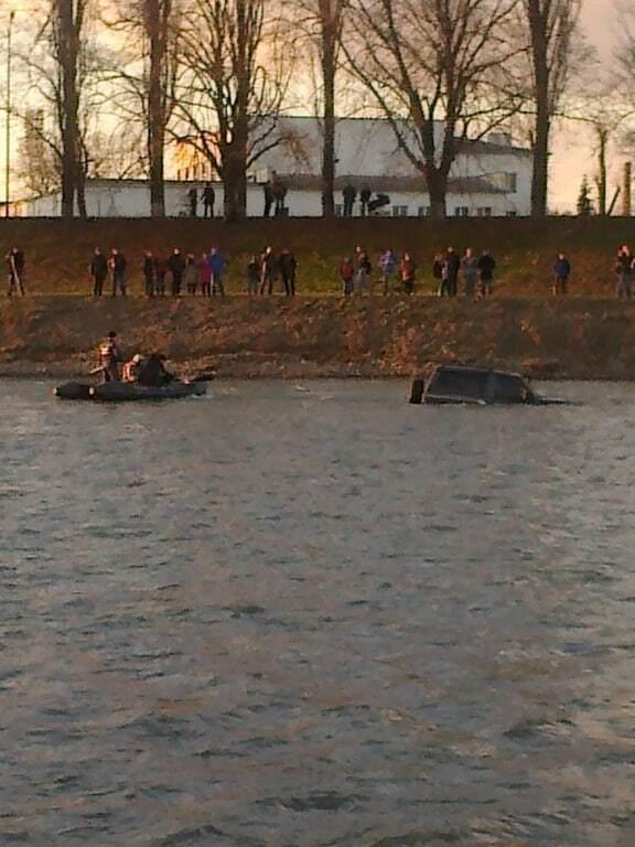 """""""Розуму не треба"""": в Ужгороді двоє чоловіків застрягли в річці на джипі. Опубліковано відео"""