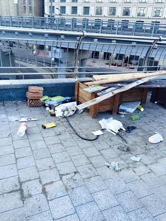 Позор: в соцсети показали, как киевляне замусорили Почтовую площадь