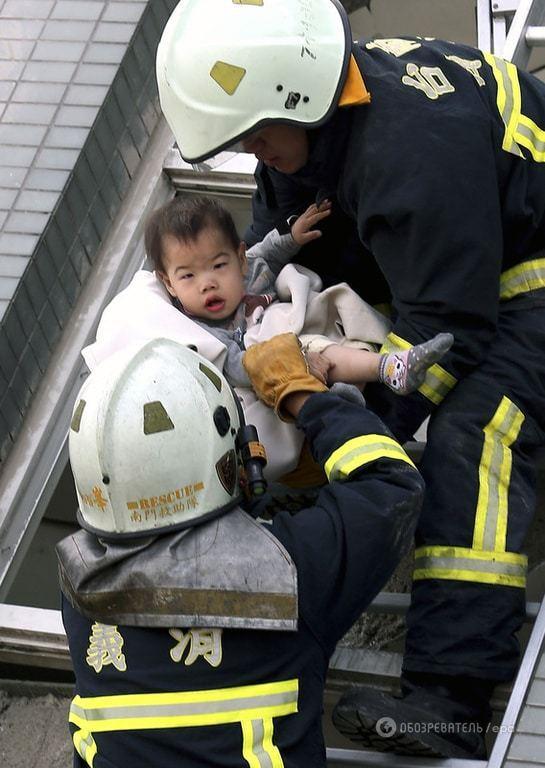 З-під завалів на Тайвані рятувальники дістали немовля: опубліковані фото