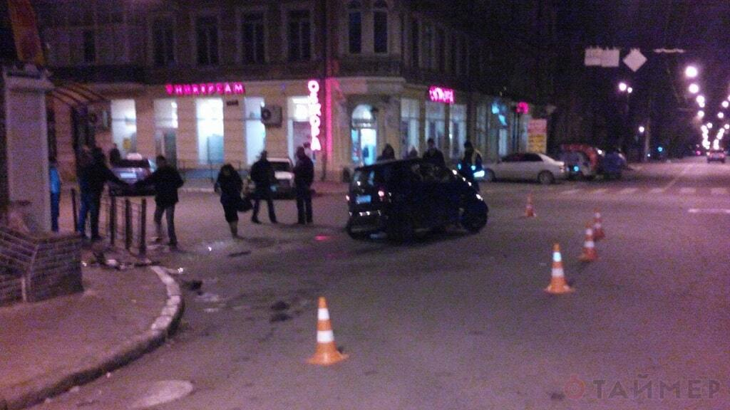 В Одессе Mercedes въехал в магазин, водитель бежал с места ДТП