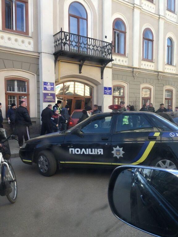 На Івано-Франківщині автомобіль в'їхав у двері міськради: фотофакт