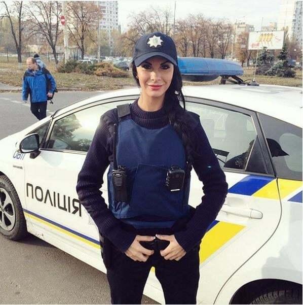 """Секс-символ київської поліції """"блиснула"""" новими фото з роботи та відпочинку"""