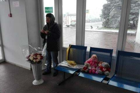Бізнес на трагедії: квіти та іграшки в аеропорту Ростова продають за космічними цінами. Фотофакт