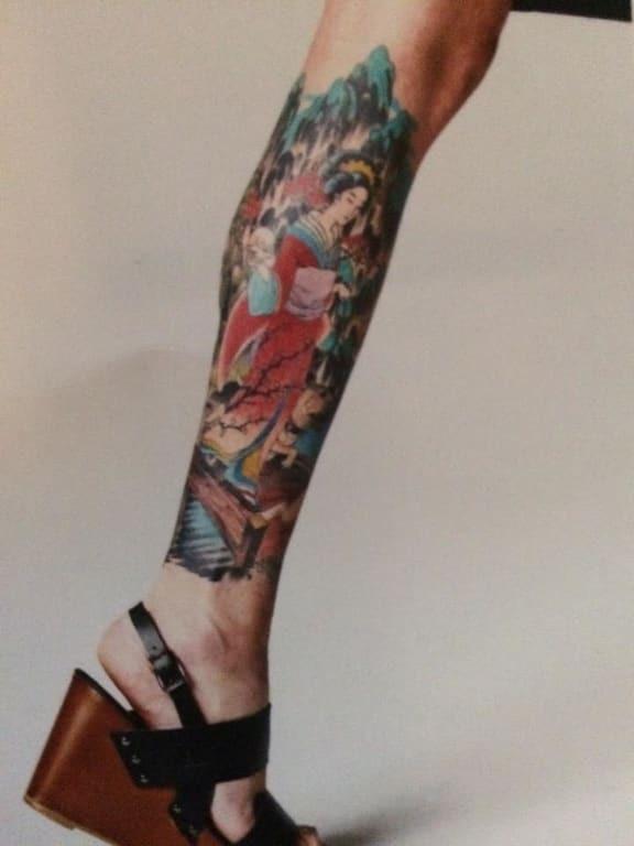 Внучка Сталина выставила напоказ свои массивные татуировки