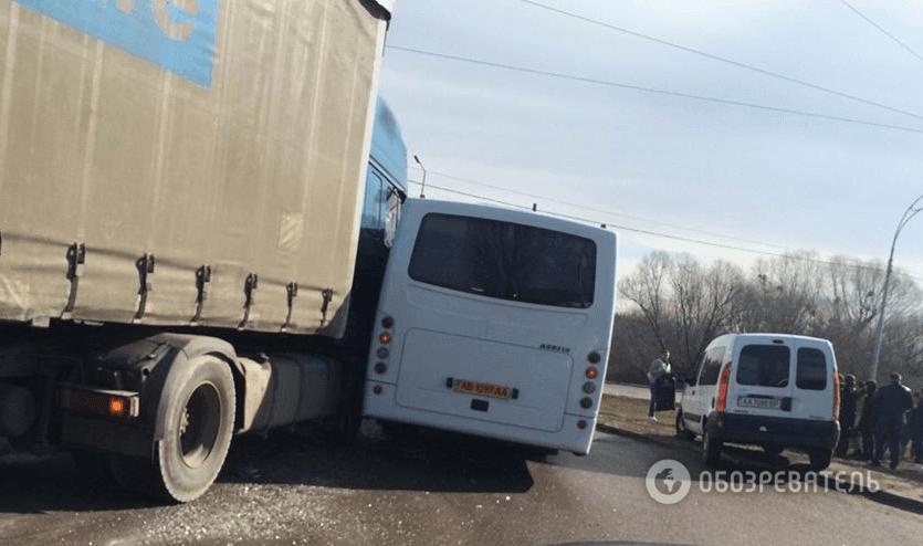 В Киеве маршрутка с пассажирами столкнулась с фурой