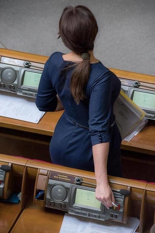 """""""Гнучка, як лоза"""": нардеп вразила соцмережі елегантним голосуванням у Раді. Фотофакт"""