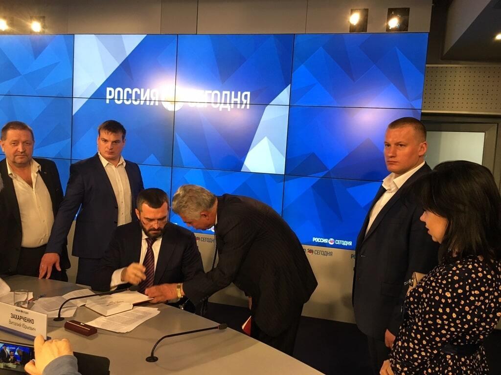 Беглый Захарченко презентовал в Москве книгу о Майдане: фотофакт
