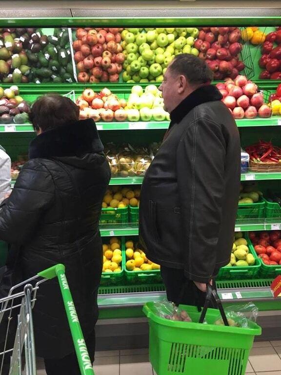 Экс-ректора Мельника засняли в Киеве за покупкой авокадо