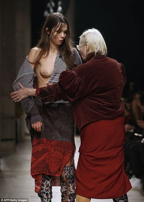 Вів'єн Вествуд прямо на показі прикрила оголені груди моделі