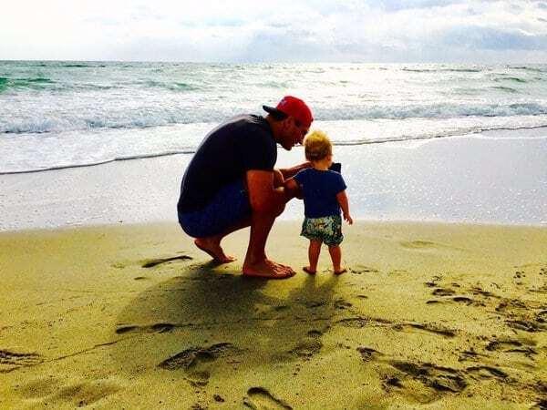 Кличко прогулялся с дочерью и женой на берегу океана: яркие фото