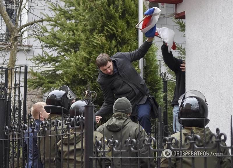 Парасюк сорвал с российского консульства во Львове флаг