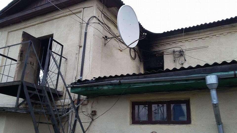 """У Конотопі вранці телестудію закидали """"коктейлями Молотова"""": опубліковані фото"""