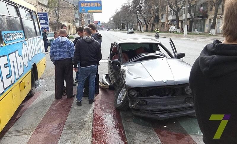 В Одесі BMW на величезній швидкості врізався в маршрутку: є постраждалі