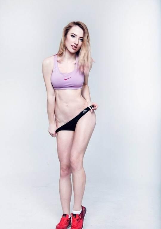 Пишногруда 19-річна бігунка знялася повністю оголеною на підтримку спорту