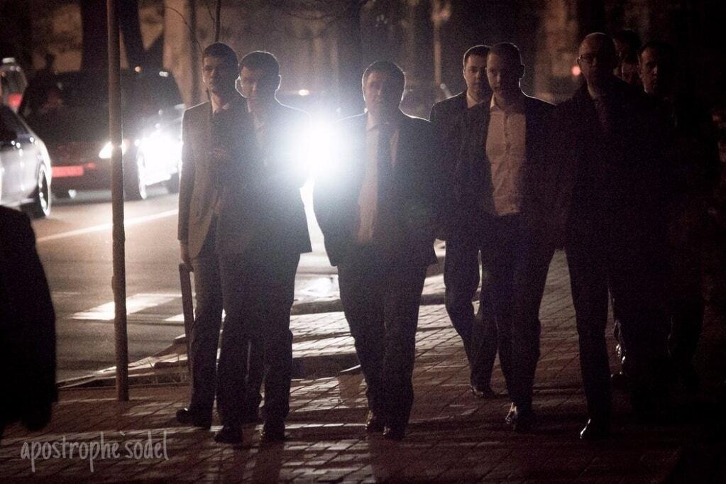 Аваков і Яценюк зробили нічну прогулянку після переговорів в АП: опубліковані фото, відео