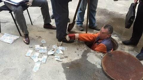 У Києві чиновник-хабарник викинув гроші в каналізацію: опубліковані фото