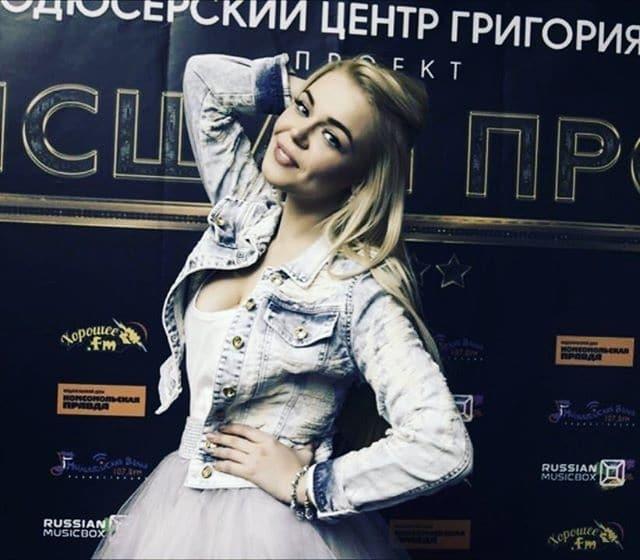 Алина Гросу засветила бюст без белья в откровенном платье