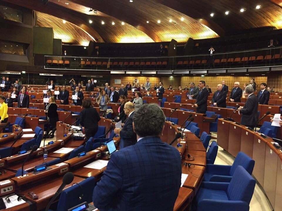 Весь зал ПАСЕ встал в поддержку Савченко