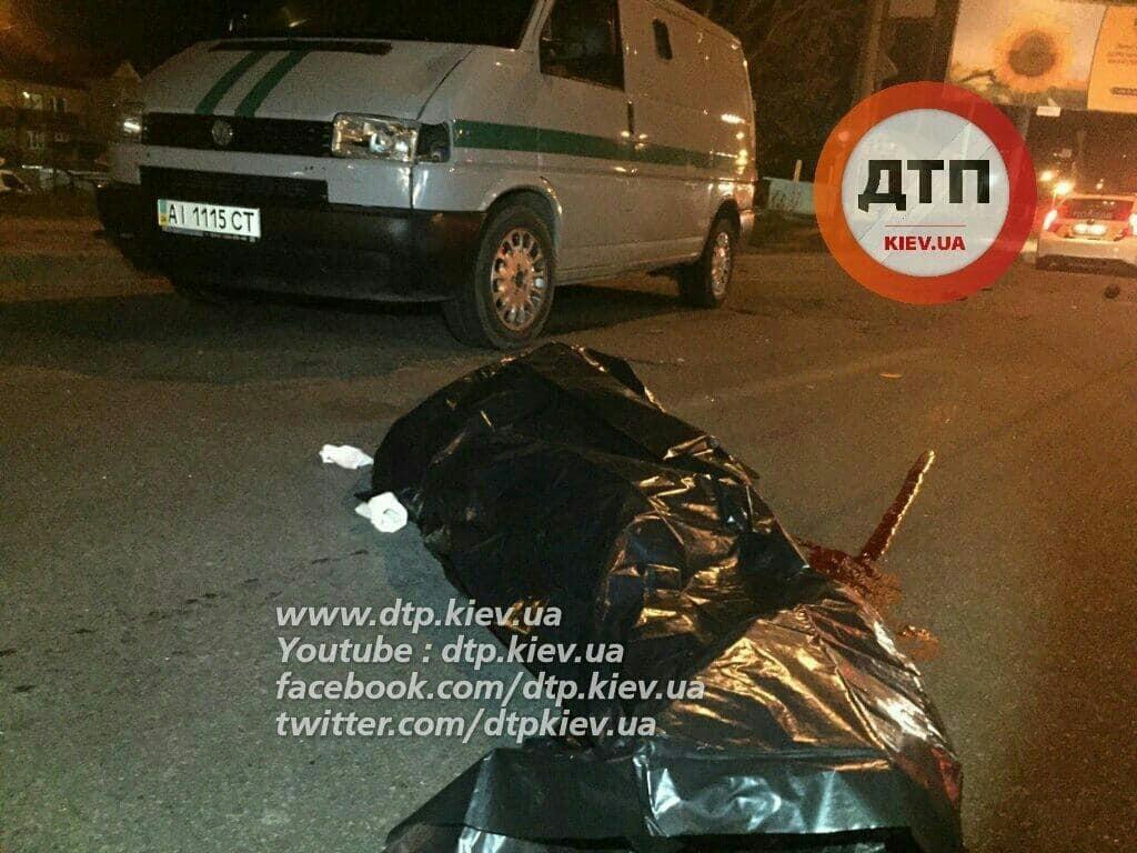 Смертельна аварія в Києві: мінівен збив пішохода