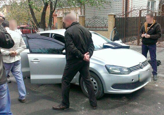 Гроші в два етапи: на Хмельниччині затримали на хабарі заступника начальника відділення поліції