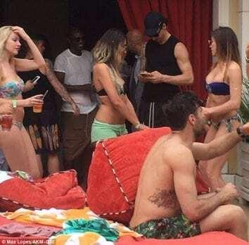 """Красотки в бикини. После чемпионства Ибрагимович устроил """"разврат"""" в Лас-Вегасе"""