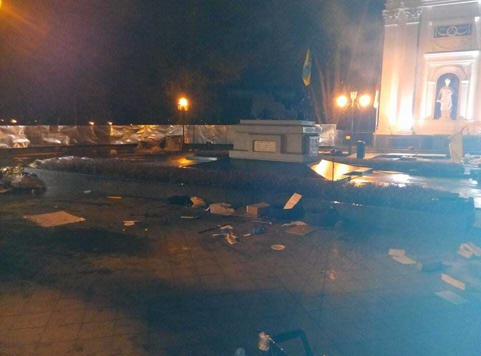 """В Одесі """"тітушки"""" розгромили наметове містечко противників Труханова, є поранені"""