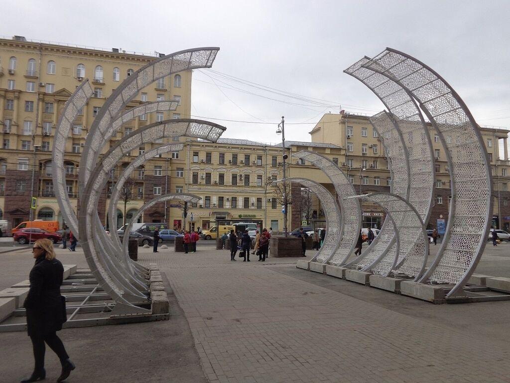 Безумная Московская весна шокировала скульптурами зеленых человечков