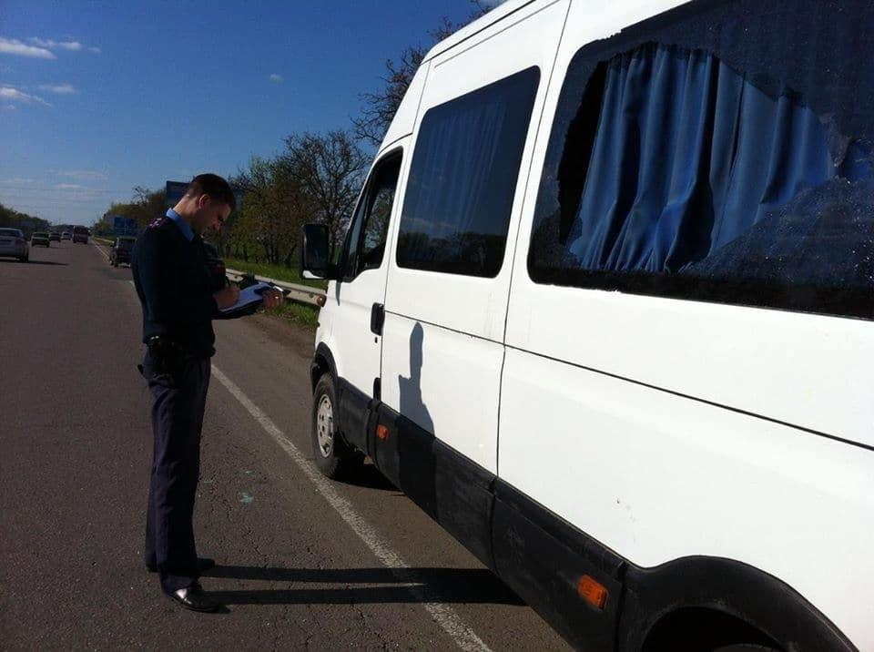 """Невідомі обстріляли автобус """"Одеса-Київ"""": подробиці НП"""