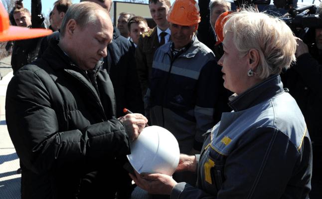 Запуск ракеты в России: в сети посмеялись над фото, где Путин ставит автограф на каске