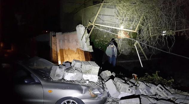 В Киеве стена обрушилась на припаркованную машину