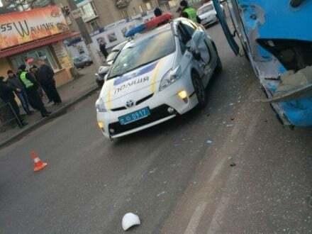 У Житомирі авто патрульних зіткнулося з автобусом: фотофакт