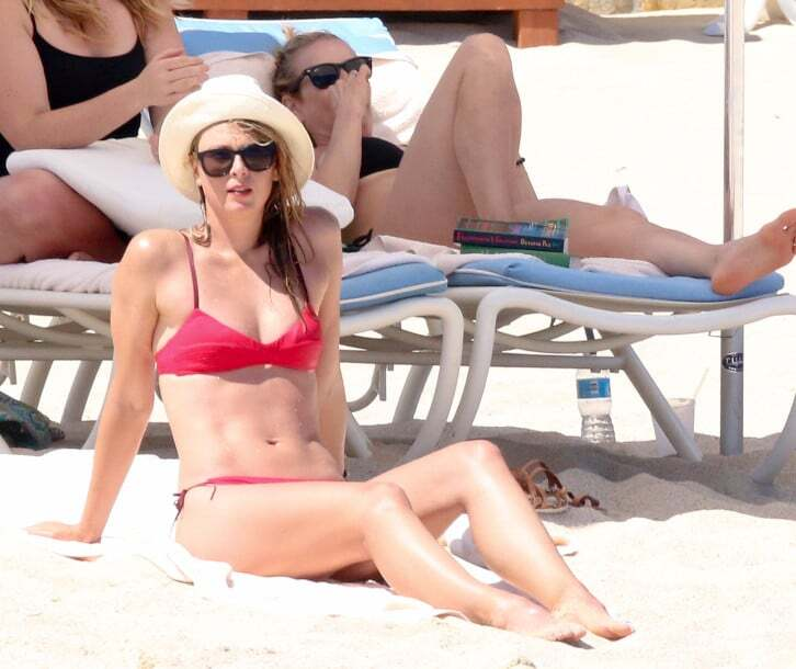 На пляже в бикини. Папарацци показали истинную форму Шараповой