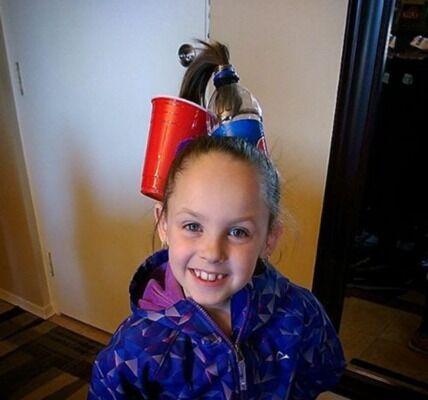 Праздник Crazy Hair Day: Новый тренд - бутылки в волосах