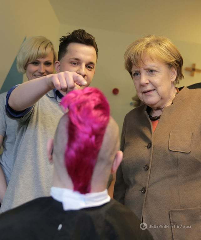 """Берлинский парикмахер """"очаровал"""" Меркель стрижкой """"ирокез"""""""