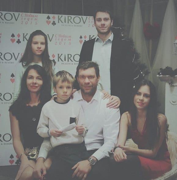 Дочь Царева показала объятия с Путиным и фото с унитазом