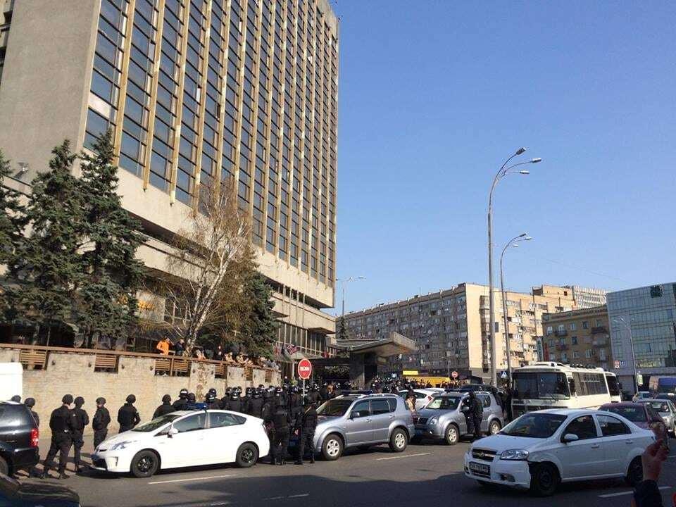 """У Києві готель """"Либідь"""" оточив поліцейський спецназ: є затримані"""